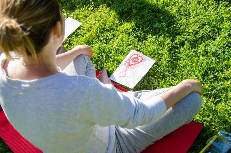Sitting einer Frau mit Zeichnung, Selbstbewusstsein, Selbstvertrauen, Entwicklung Personen, Team, Gruppe stockfoto