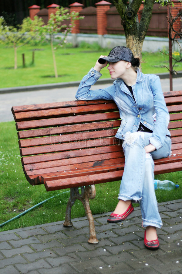 sitting för bänkkvinnligpark royaltyfri bild