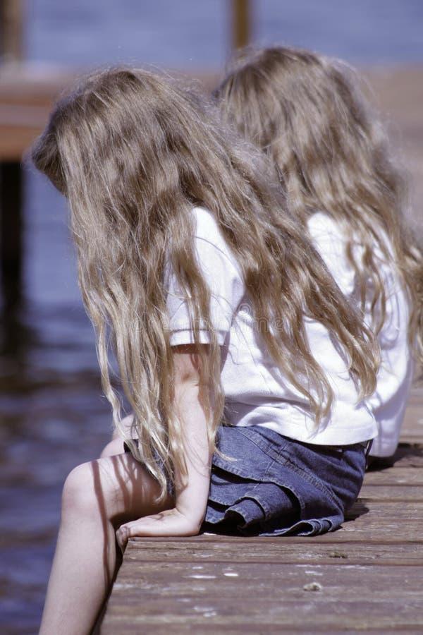 sitting för barncloseupdock royaltyfri fotografi
