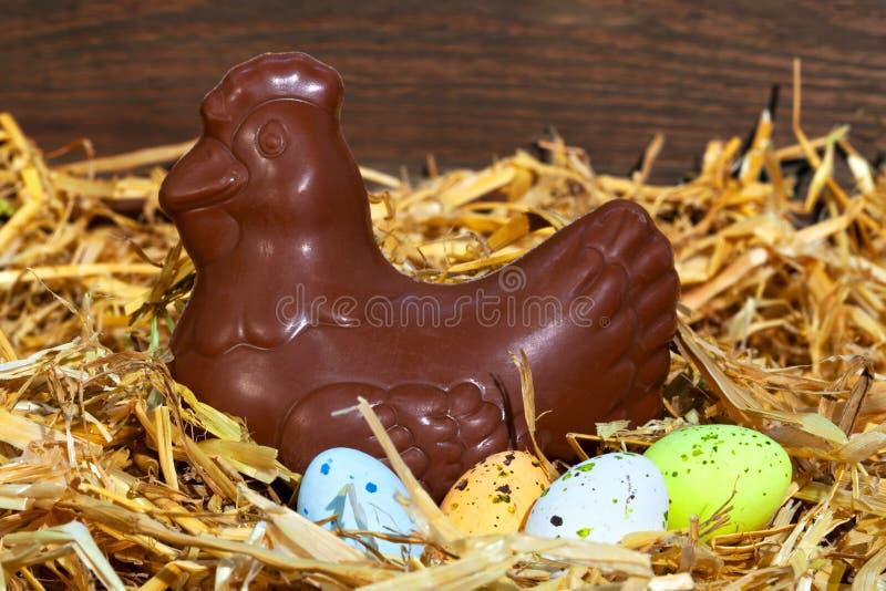 sitting för höna för chokladeaster ägg fotografering för bildbyråer