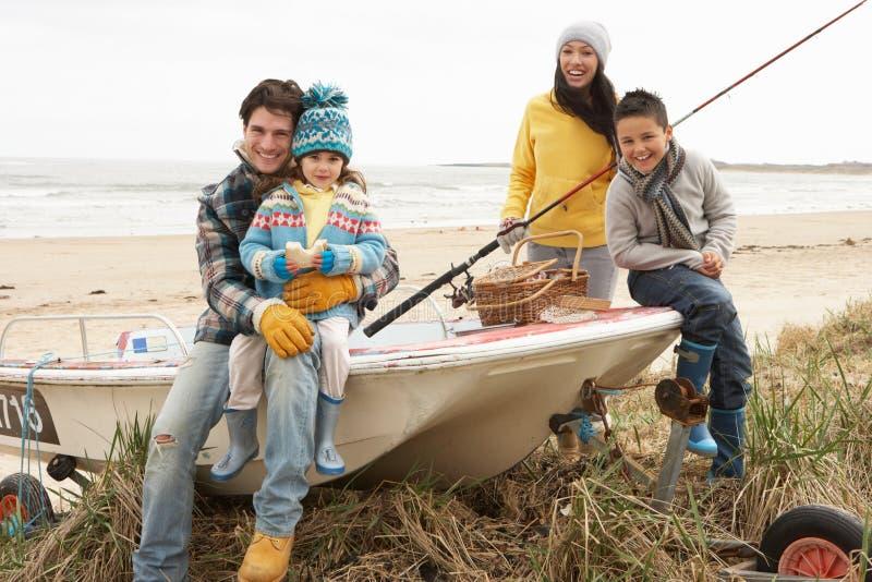 sitting för metspö för strandfartygfamilj royaltyfria foton