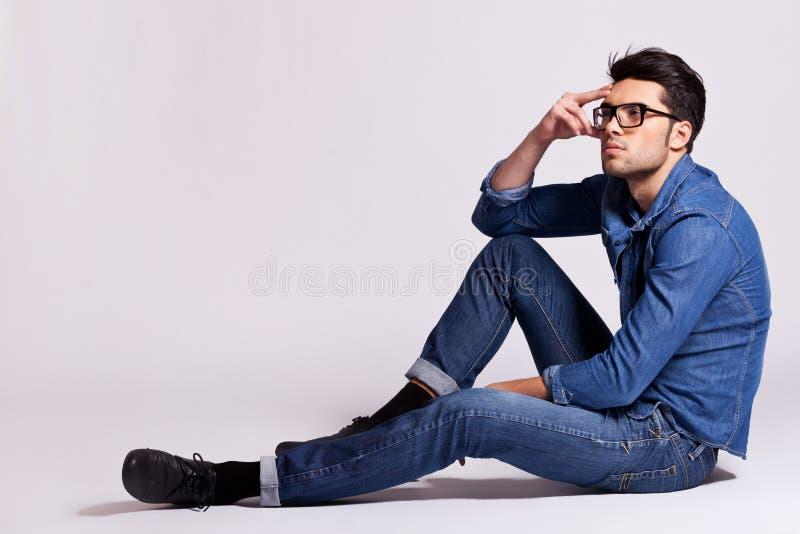 Sitting och tänka för modeman royaltyfri bild