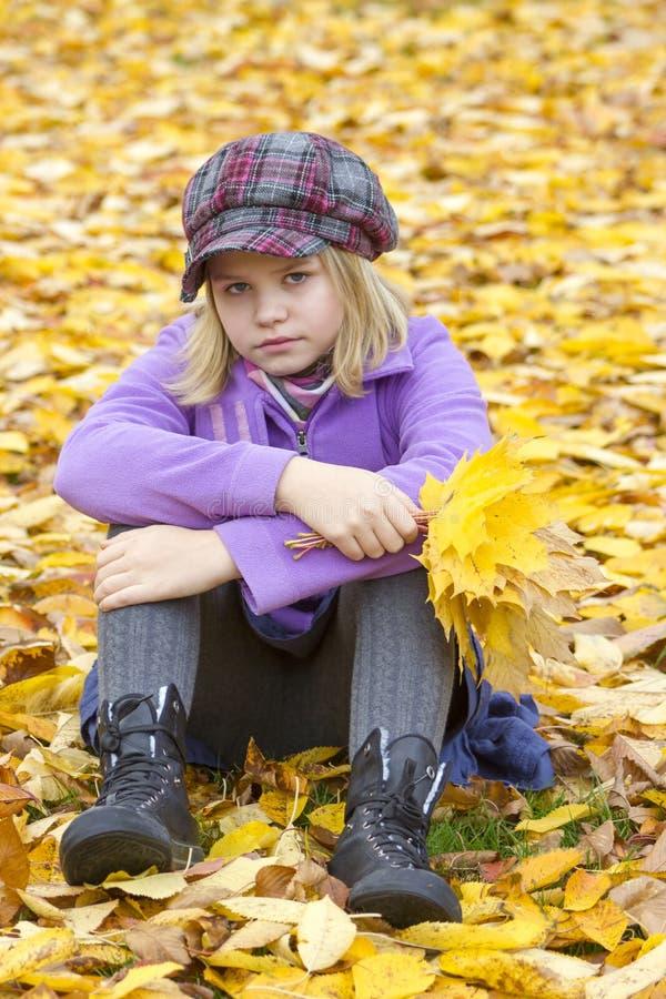 Sittingin de la niña el parque fotos de archivo libres de regalías
