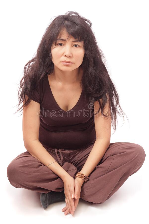 Sittng asiatico della ragazza a gambe accavallate immagini stock