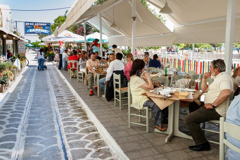 sittting在希腊Taverna的人们在沃洛斯,希腊 库存图片