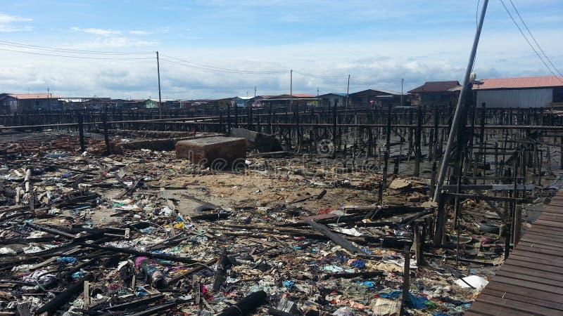 Situação após o fogo em Kampung Tanjung Batu Keramat Laut, Tawau, Sabah, Malásia imagens de stock royalty free