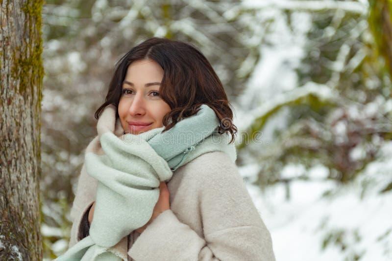 Situação fêmea de sorriso na madeira fotografia de stock