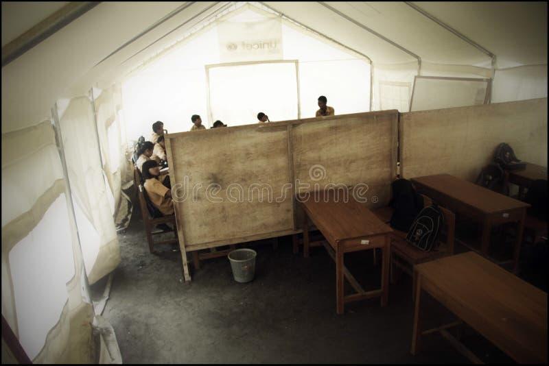 Situação provisória da escola em casernas da evacuação após a erupção da montanha de Merapi imagem de stock royalty free