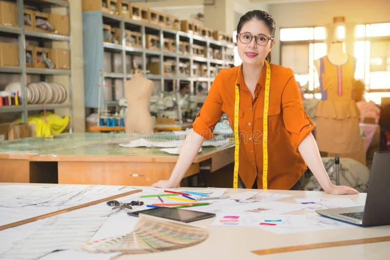 Situación acertada del diseñador de la mujer de la moda imágenes de archivo libres de regalías