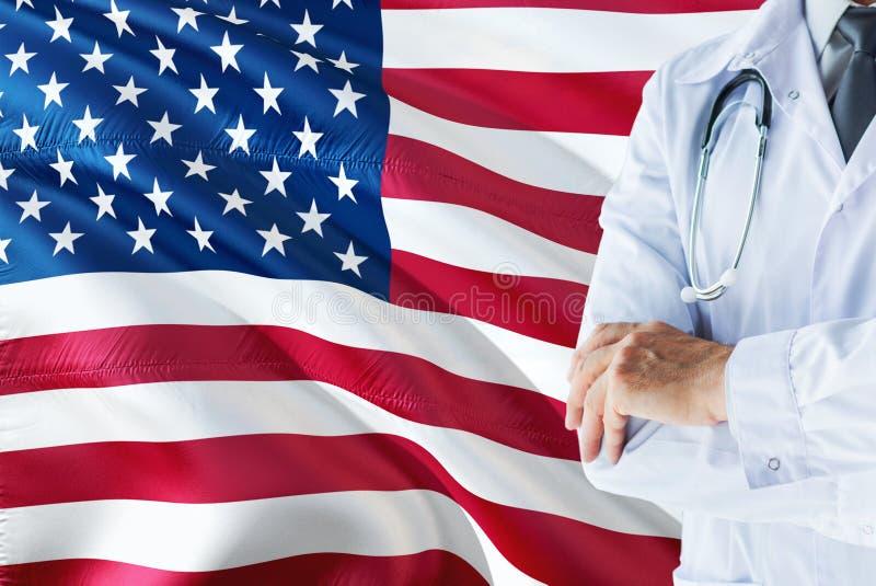 Situación americana del doctor con el estetoscopio en fondo de la bandera de Estados Unidos Concepto de sistema sanitario naciona imagen de archivo libre de regalías