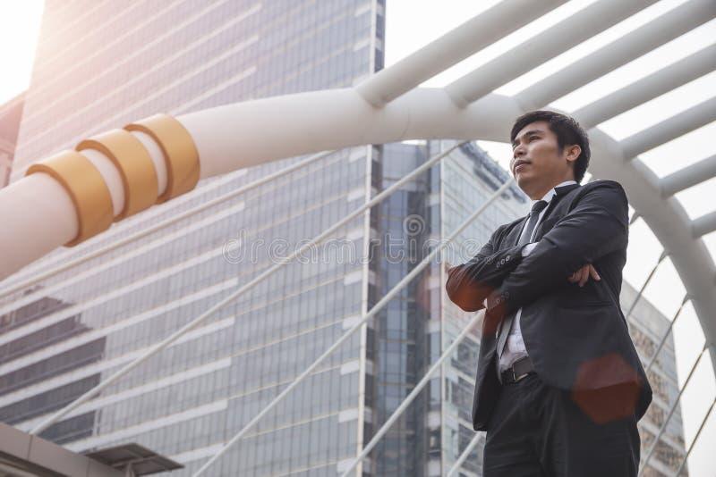 Situación asiática del hombre de negocios en ciudad imagen de archivo