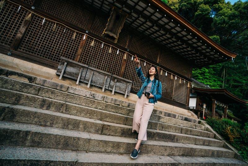 Situación asiática elegante del fotógrafo en las escaleras fotos de archivo libres de regalías