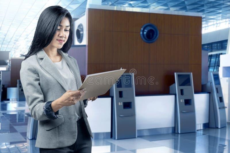Situación asiática hermosa de la mujer de negocios con el tablero foto de archivo libre de regalías