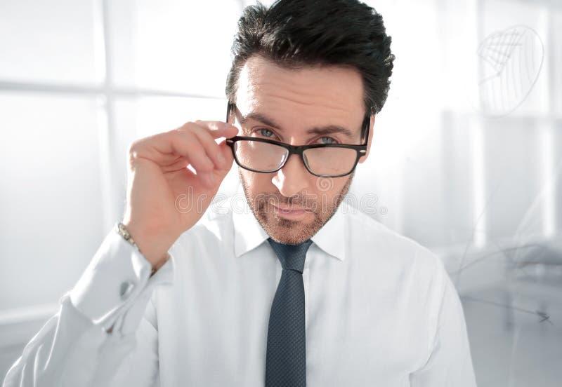 Situación atenta del hombre de negocios en la oficina imagen de archivo