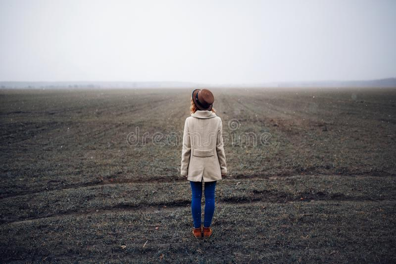 Situación bonita de la señora en un campo en último otoño imagen de archivo