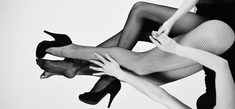 Situación confusa piernas de mujeres atractivas en medias y zapatos de moda fotografía de archivo