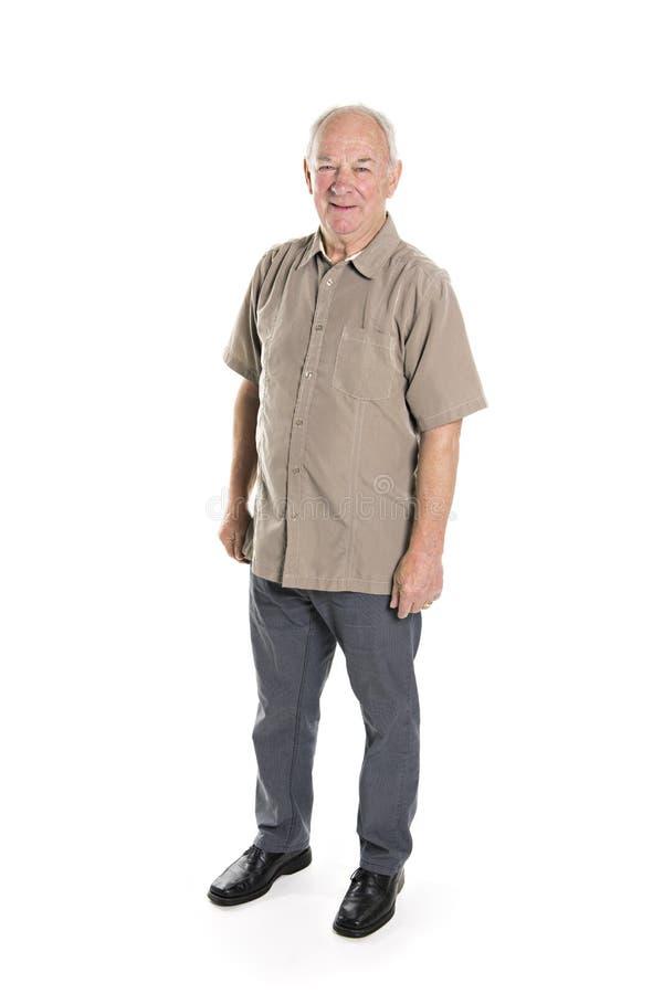 Situación de 70 años del hombre mayor aislada en el fondo blanco fotos de archivo libres de regalías