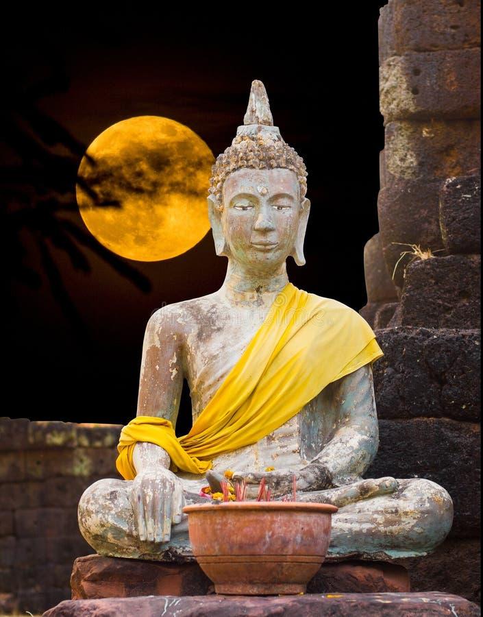 Situación de Buda de someter Mara que se sienta bajo claro de luna fotografía de archivo libre de regalías