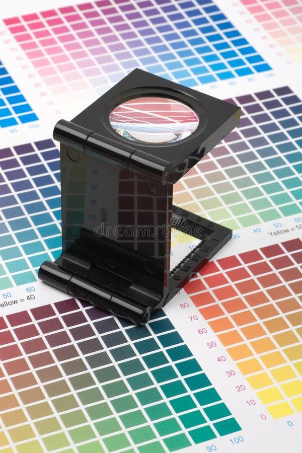 Situación de cristal de la lupa en muestra del color fotos de archivo