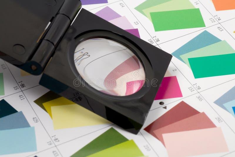 Situación de cristal de la lupa en muestra del color fotos de archivo libres de regalías