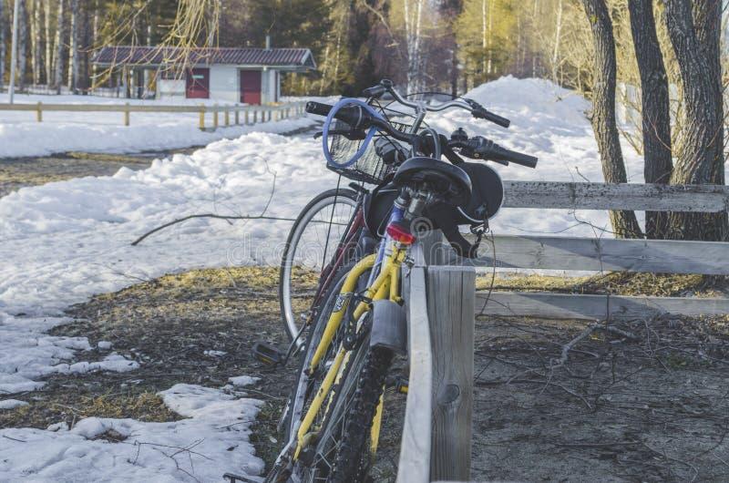 Situación de la bici en un foso de madera con la casa desserted en un fondo en snowland con paisaje hermoso imagenes de archivo