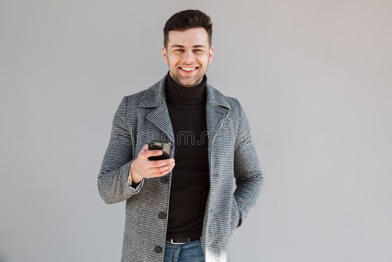 Situación de la capa del hombre que lleva atractivo fotos de archivo