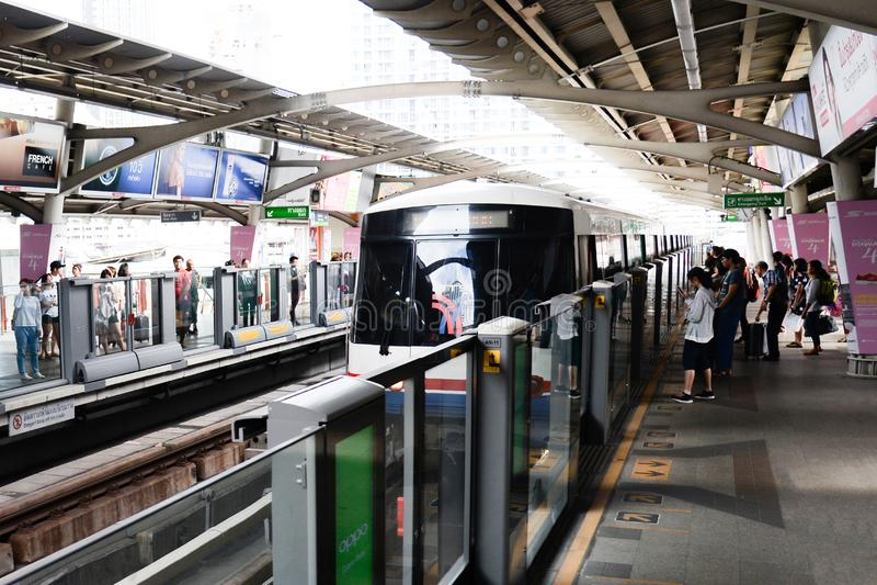 Situación de la gente en las líneas que esperan el carril del viajero del tren de cielo del BTS en Bangkok el 2 de julio de 2017, imagen de archivo libre de regalías