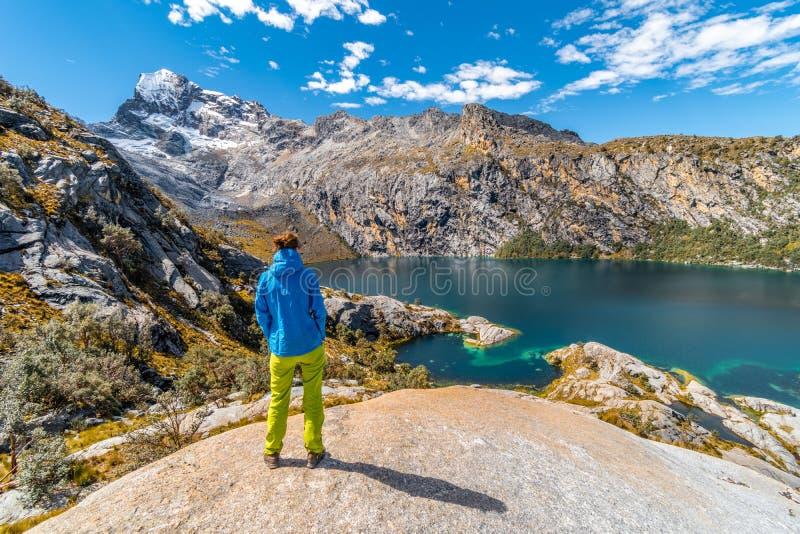 Situación de la muchacha sobre Laguna Churup, alza de la aclimatación, viaje de Huaraz, Blanca de Cordillera, Perú, Suramérica foto de archivo