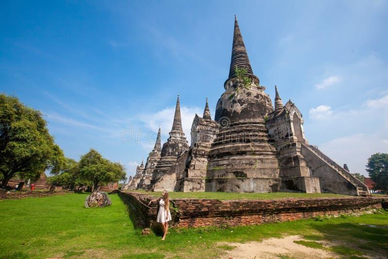 Situación de la mujer joven cerca de Wat Phra Si Sanphet en Ayutthaya fotos de archivo libres de regalías
