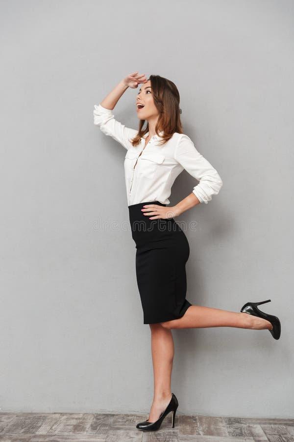 Situación de la mujer de negocios aislada sobre fondo gris fotos de archivo