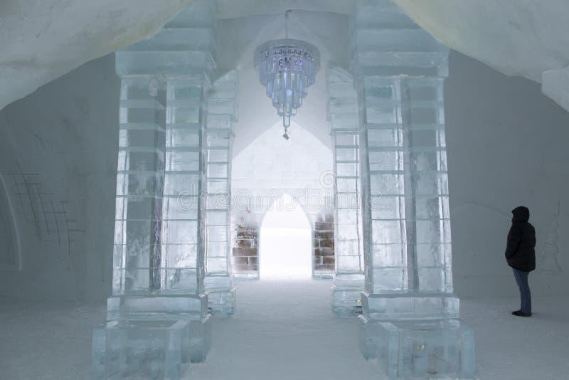 Situación de la mujer que mira esculturas en un gran pasillo del hotel estacional mundo-renombrado del hielo foto de archivo