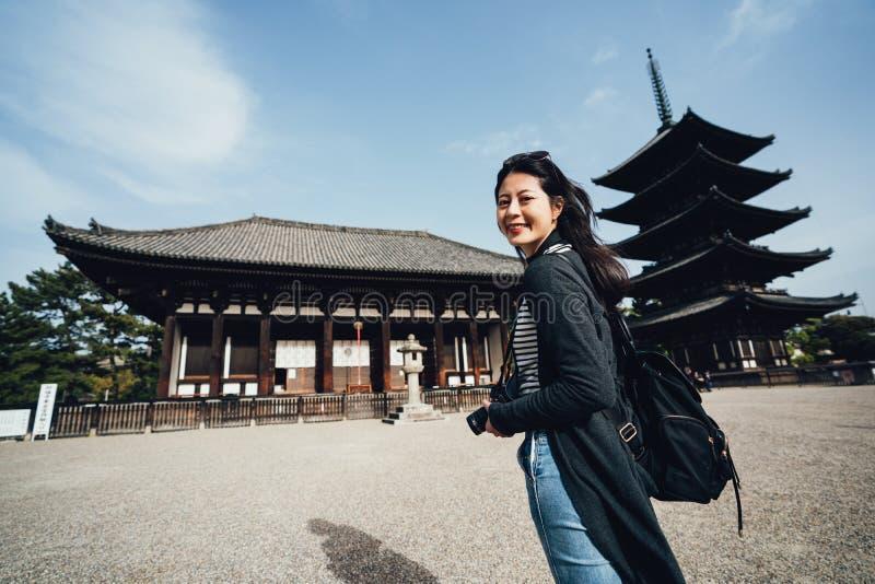 Situación de visita turístico de excursión del viajero de la muchacha en kofukuji imagenes de archivo