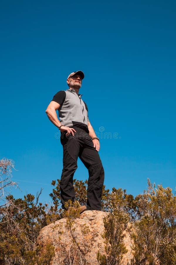 Situación del caminante en una roca en la naturaleza fotografía de archivo