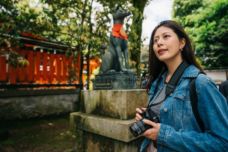 Situación del fotógrafo delante de la estatua del perro fotos de archivo libres de regalías
