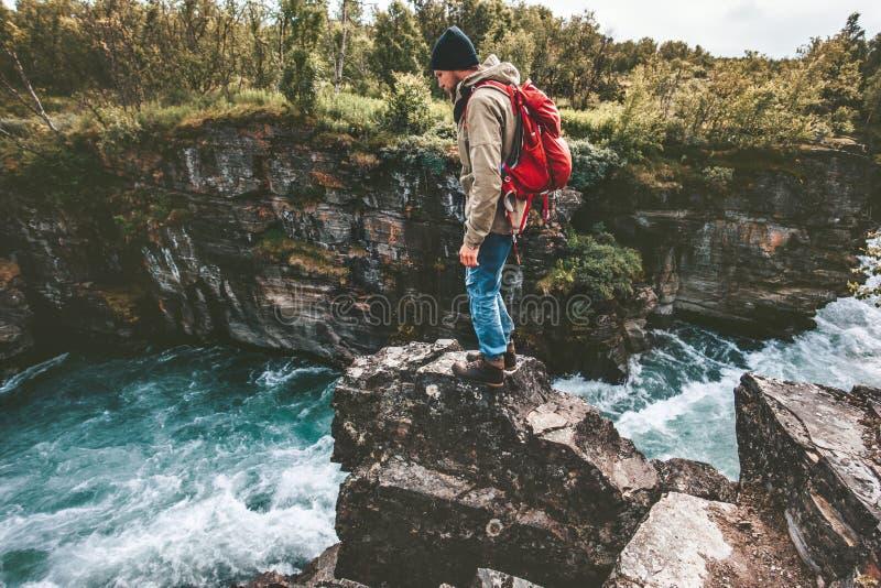 Situación del hombre del caminante en vacaciones extremas de la aventura activa sola de la forma de vida del acantilado imagenes de archivo