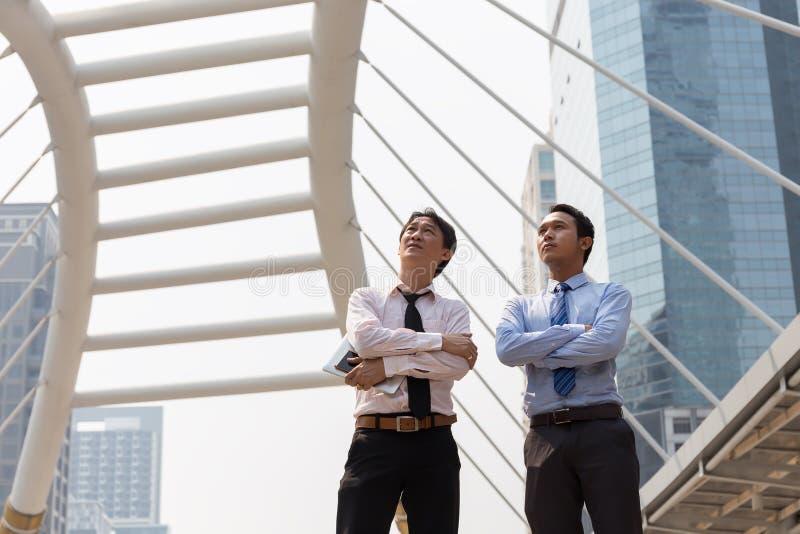 Situación del hombre de negocios de dos asiáticos imagen de archivo