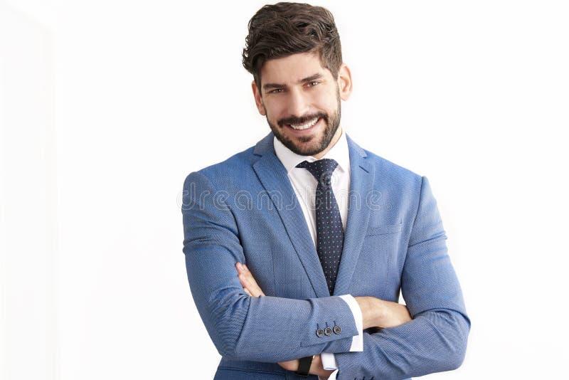 Situación del hombre de negocios en el fondo blanco aislado y el traje que lleva fotos de archivo