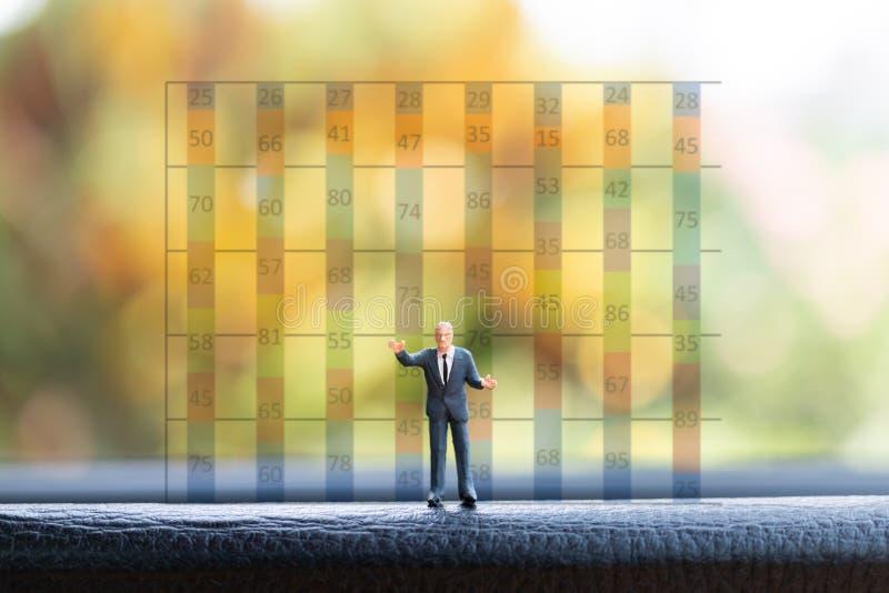 Situación del hombre de negocios en el negocio delantero del fondo de la carta del gráfico imagenes de archivo