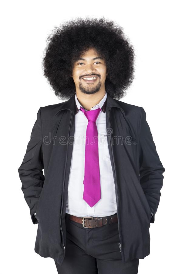 Situación del hombre de negocios del pelo rizado en el estudio fotografía de archivo