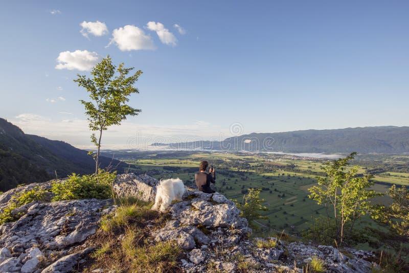 Situación del hombre en la cima de la colina y de las fotos el tomar imagen de archivo