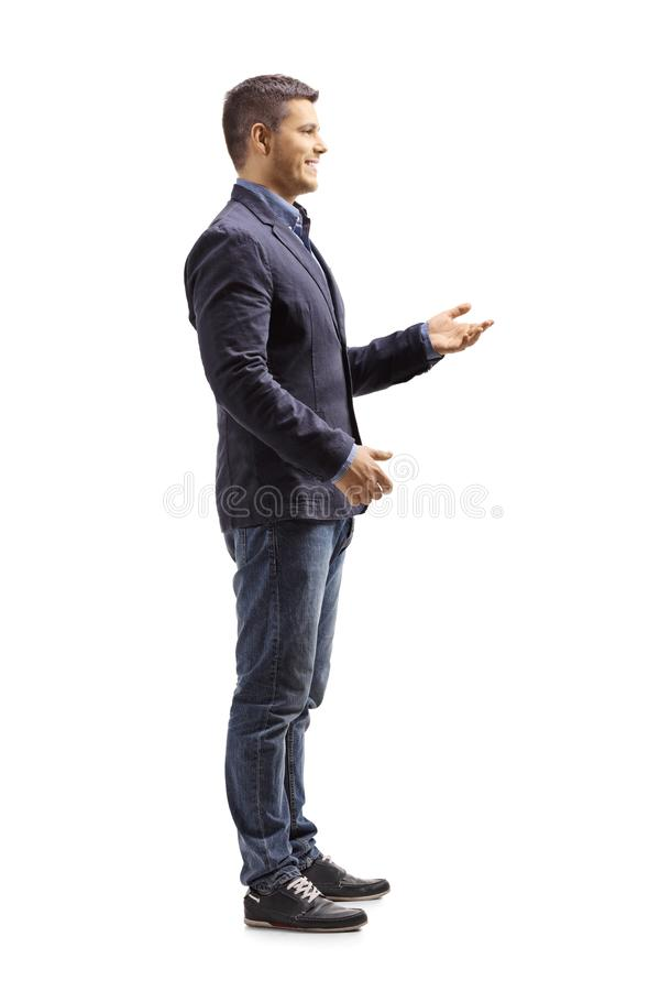 Situación del hombre joven y el gesticular una conversación fotos de archivo