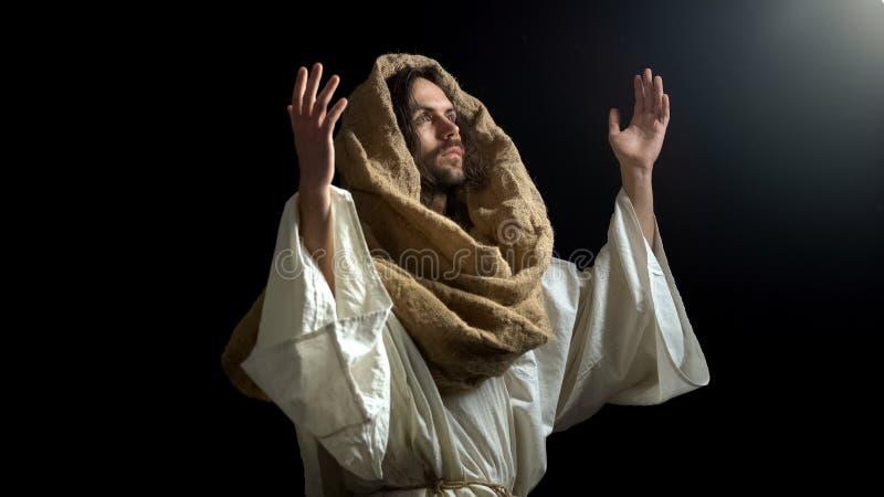Situación del rezo en apelar oscuro a dios con las manos aumentadas, confesión espiritual fotos de archivo libres de regalías