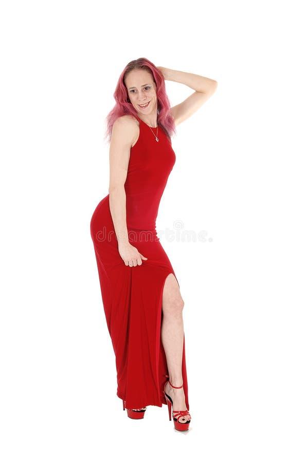 Situación delgada de la mujer en un vestido de noche rojo del frente imagen de archivo libre de regalías