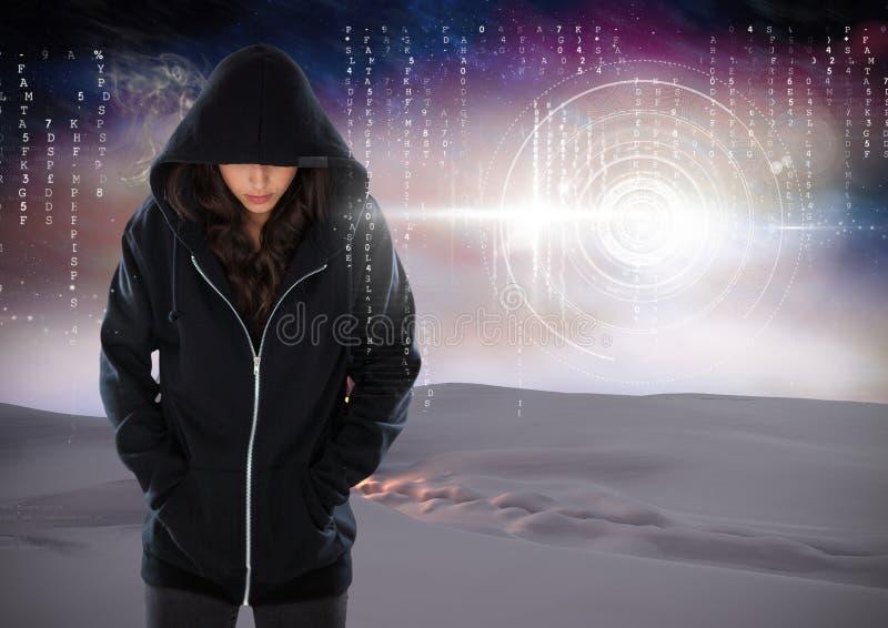Situación encapuchada del pirata informático de la mujer encendido delante del fondo digital foto de archivo