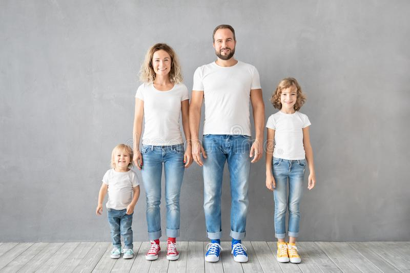 Situación feliz de la familia contra fondo gris imágenes de archivo libres de regalías