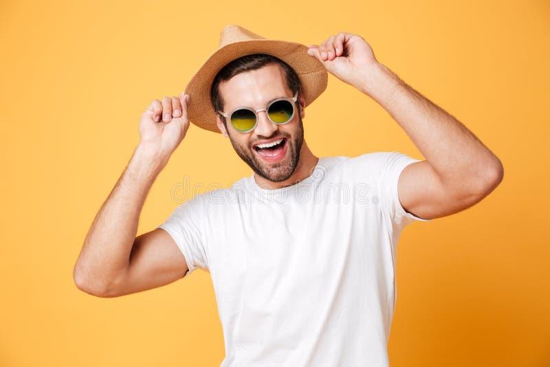 Situación feliz del hombre joven aislada sobre fondo amarillo imagen de archivo libre de regalías