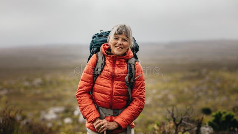 Situación femenina del caminante en una colina imagenes de archivo