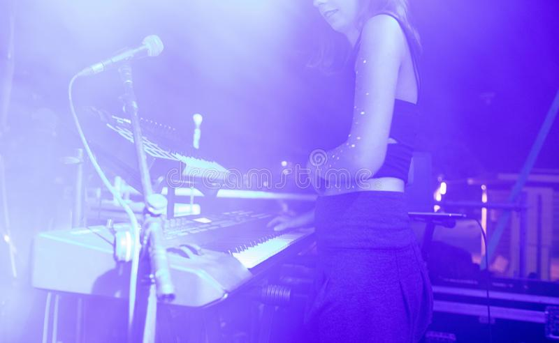 Situación femenina en una etapa y jugar el teclado en un concierto imágenes de archivo libres de regalías