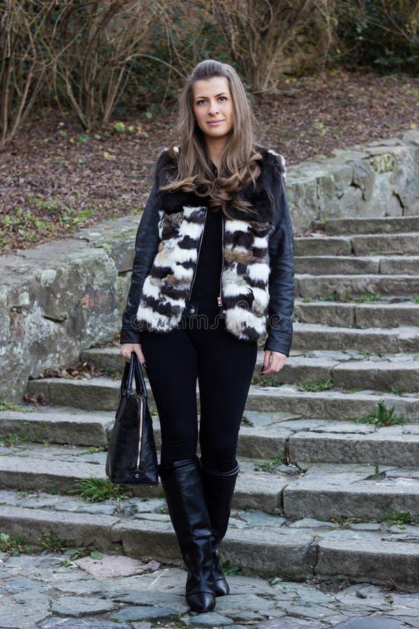 Situación femenina hermosa del modelo de moda fotos de archivo libres de regalías