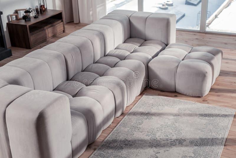 Situación gris limpia del sofá en el medio del sitio fotografía de archivo